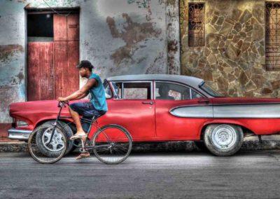 Cuba Chevrolet rossa e bianca con bici